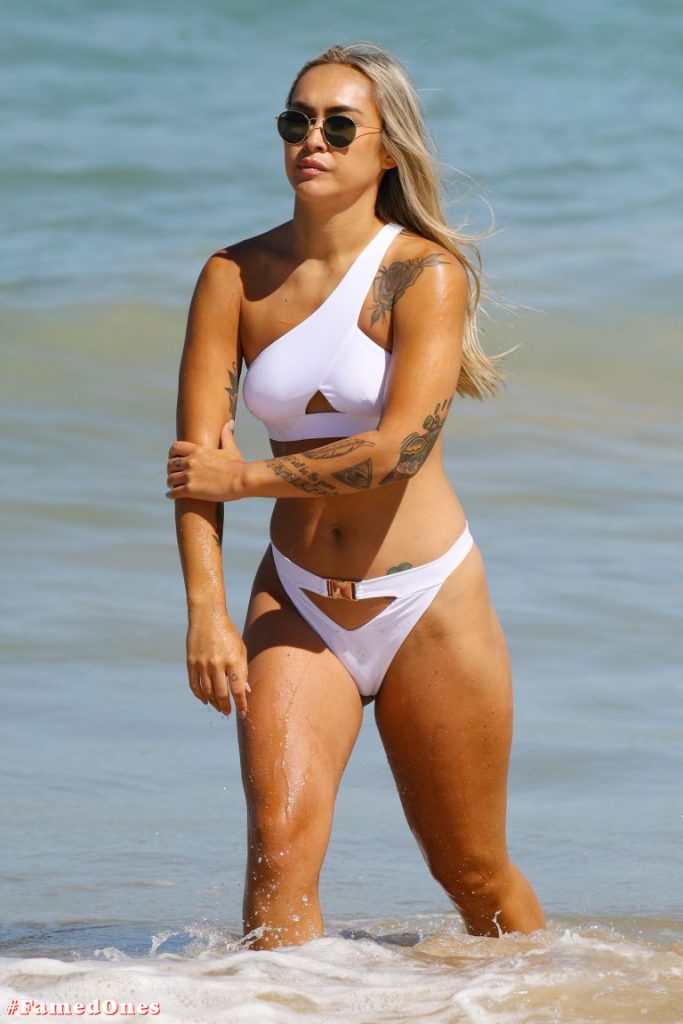 Cassie Lansdell hot bikini pics FamedOnes.com 004 08