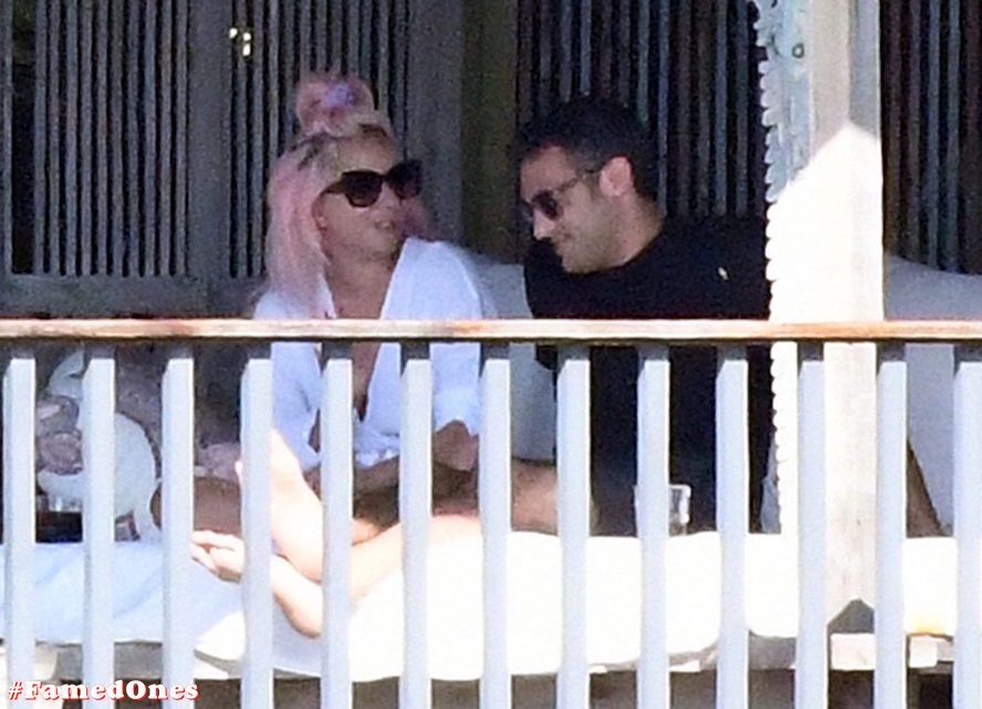 Lady Gaga undressed outdoor paparazzi pics FamedOnes.com 067 08