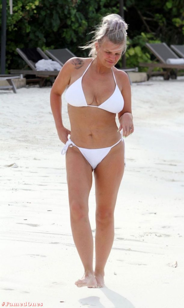 Kerry Katona bikini paparazzi pics FamedOnes.com 032 10